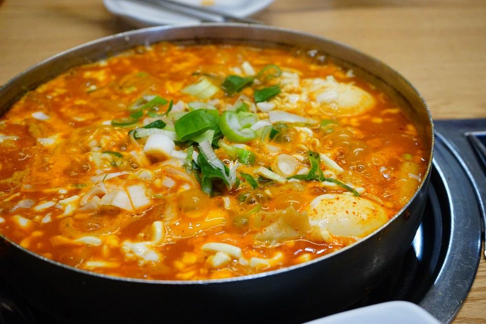 【韓國】首爾必吃美食 再訪三清洞摩西總店 ♥ 超好吃的年糕部隊鍋推薦