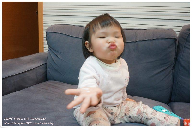 [育兒生活] 小波妞1Y3M ♥ 第一次搭飛機出國 愛上貼貼紙 會叫媽媽了 學會了好多花招 嘟嘴巴超強 練習拉拉鍊