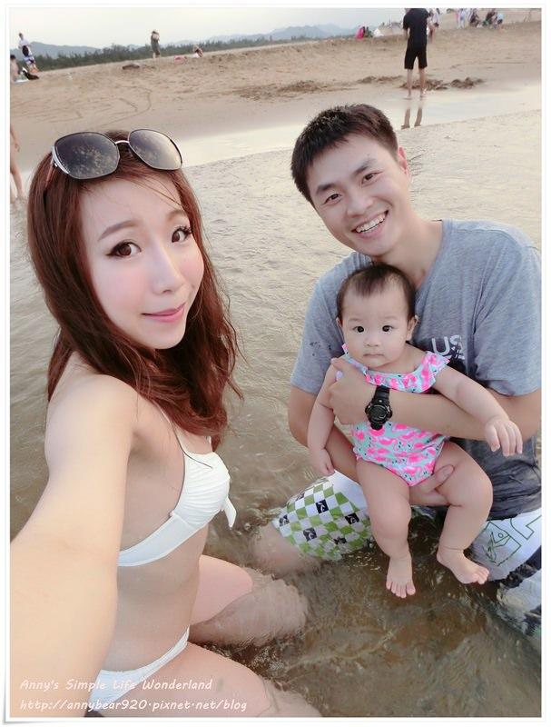 [育兒生活] 小波妞8M ♥ 會站了 第一次去海邊玩 愛上吃麵包 13價肺炎鏈球菌第三劑 開始看書囉!
