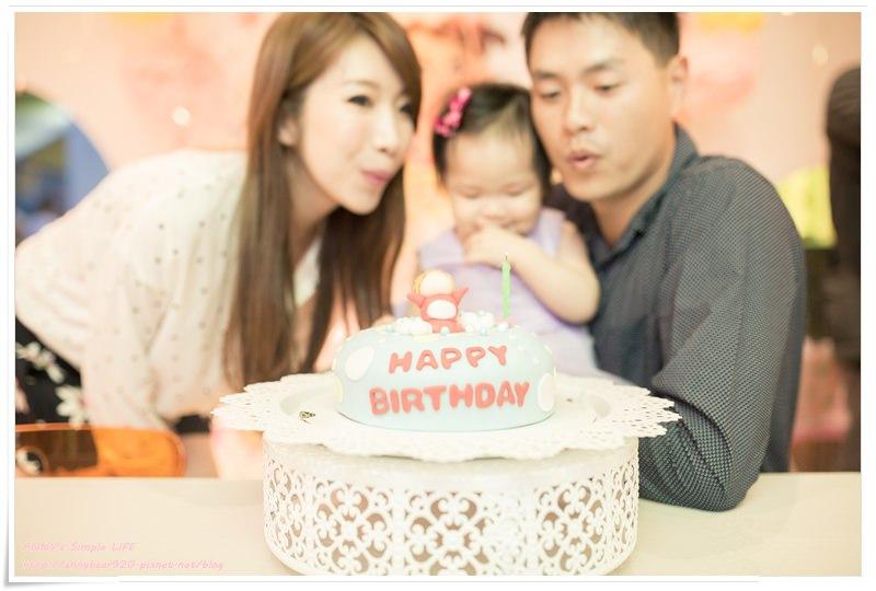 [育兒生活] 小波妞1Y1M ♥ 生日蛋糕切不完 週歲生日+週歲生日趴。破壞王升級了 練習自己吃飯跟刷牙
